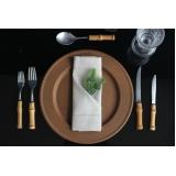locação de sousplat rústico para jantar de noivado Santa Cecília