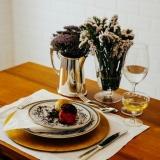 locação de sousplat em cobre para jantar temático